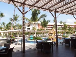 バルセロ・バヴァロ・ビーチホテル(ドミニカ共和国プンタカーナ)のレストランからのプール