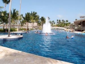 バルセロ・バヴァロ・ビーチホテル(ドミニカ共和国プンタカーナ)のホテル内プール