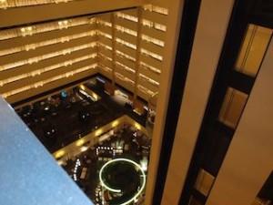 ニューヨークマリオットマーキース(アメリカ合衆国ニューヨーク)のエレベータからみたロビー