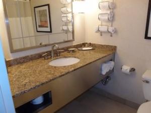 ニューヨークマリオットマーキース(アメリカ合衆国ニューヨーク)の部屋のバスルーム洗面台