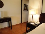 パラディサス・プンタカーナ・リゾート(ドミニカ共和国プンタカーナ)の部屋のベッドサイドテーブル部分