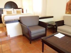 パラディサス・プンタカーナ・リゾート(ドミニカ共和国プンタカーナ)の部屋のリビングスペース