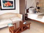 シークレッツ・セント・ジェームズ・モンテゴベイ(ジャマイカ・モンテゴベイ) Secrets St. James Montego Bay(Montego Bay, Jamaica)の部屋のリビングスペースからベッド
