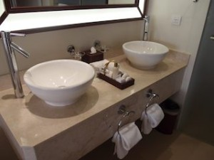 シークレッツ・セント・ジェームズ・モンテゴベイ(ジャマイカ・モンテゴベイ) Secrets St. James Montego Bay(Montego Bay, Jamaica)の部屋のバスルーム洗面台