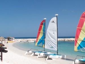 シークレッツ・セント・ジェームズ・モンテゴベイ(ジャマイカ・モンテゴベイ) Secrets St. James Montego Bay(Montego Bay, Jamaica)のホテルビーチのヨット