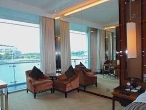 ザ・フラトンベイホテル(シンガポール)の部屋のリビングスペース