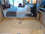 ザ・フラトンベイホテル(シンガポール)の部屋のバスルームからリビング