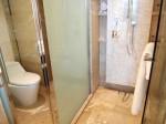 ザ・フラトンベイホテル(シンガポール)の部屋のバスルームシャワーとトイレ