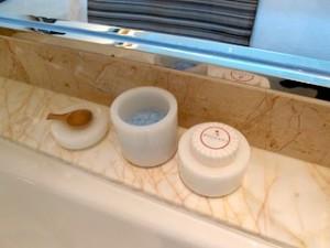 ザ・フラトンベイホテル(シンガポール)の部屋のアメニティ類バスソルト、石けん
