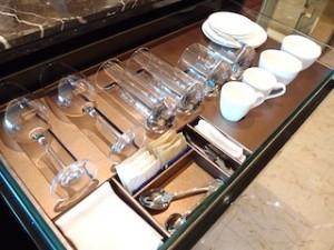 ザ・フラトンベイホテル(シンガポール)の部屋のグラス&カップ類