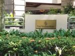 フォーシーズンズホテルシンガポール(シンガポール)の玄関前看板