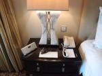 フォーシーズンズホテルシンガポール(シンガポール)の部屋のベッドサイドテーブル