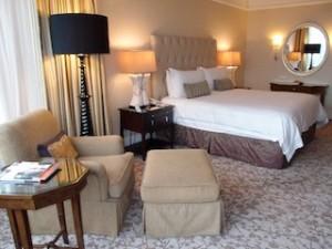 フォーシーズンズホテルシンガポール(シンガポール)の部屋のリビングスペースからベッド