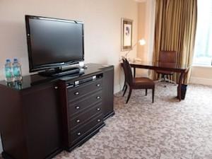 フォーシーズンズホテルシンガポール(シンガポール)の部屋のテレビ台部分