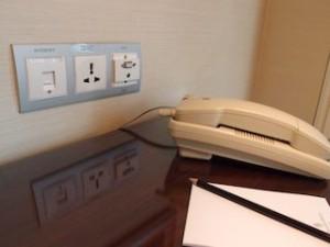 フォーシーズンズホテルシンガポール(シンガポール)の部屋のLAN端子部分