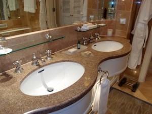 フォーシーズンズホテルシンガポール(シンガポール)の部屋のバスルーム洗面台