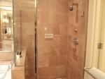 フォーシーズンズホテルシンガポール(シンガポール)の部屋のバスルームシャワー室