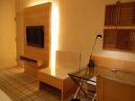 ヒルトンシンガポール(シンガポール)の部屋のライティングデスクから埋め込みテレビ