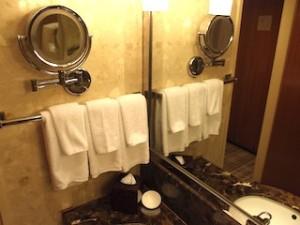 ヒルトンシンガポール(シンガポール)の部屋のバスルーム洗面台横部分
