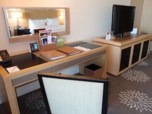 マリーナベイサンズホテル(シンガポール)の部屋のライティングデスクからテレビ