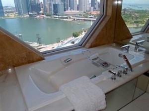 ザ・リッツ・カールトンミレニアシンガポール(シンガポール)部屋のバスルームのバスタブ