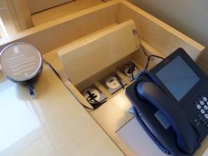 ザ・リッツ・カールトンミレニアシンガポール(シンガポール)部屋のライティングデスク端子類と電話