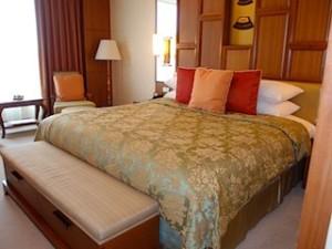 シャングリ・ラホテルチェンマイ(タイ、チェンマイ)の部屋のベッド