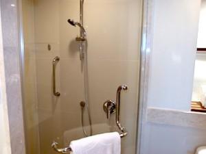 シャングリ・ラホテルチェンマイ(タイ、チェンマイ)の部屋のバスルームシャワー