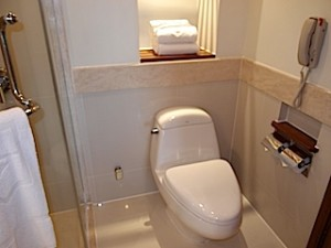 シャングリ・ラホテルチェンマイ(タイ、チェンマイ)の部屋のバスルームトイレ