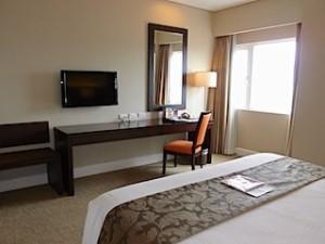ハロルズホテル(フィリピン・セブ島)の部屋のベッドから正面に