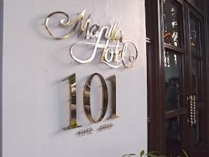 マニラホテル(フィリピン・マニラ)の入口部分のホテルロゴ