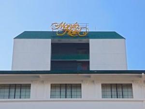 マニラホテル(フィリピン・マニラ)の建物上部のホテルロゴ