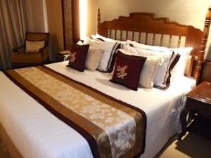 マニラホテル(フィリピン・マニラ)の部屋のベッド全体