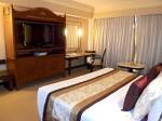 マニラホテル(フィリピン・マニラ)の部屋のベッドから