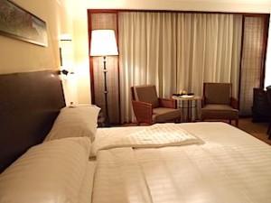 ザ・ペニンシュラマニラ(フィリピン・マニラ)の部屋のベッドからリビングスペース