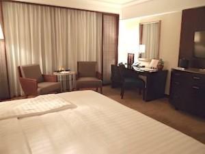 ザ・ペニンシュラマニラ(フィリピン・マニラ)の部屋のベッドから