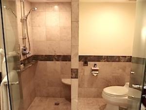 ザ・ペニンシュラマニラ(フィリピン・マニラ)の部屋のバスルーム、シャワー室とトイレ