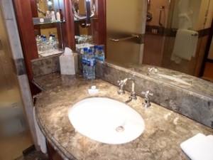 ザ・ペニンシュラマニラ(フィリピン・マニラ)の部屋のバスルーム、洗面台