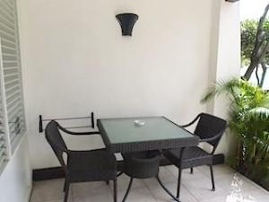 プランテーションベイリゾート&スパ(フィリピン・マクタン島)の部屋のベランダチェアー