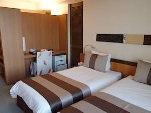 ザ・ビーチタワー沖縄の部屋、ベッドとライティングデスク