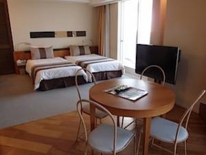 ザ・ビーチタワー沖縄の部屋、リビングからベッド