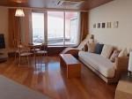 ザ・ビーチタワー沖縄の部屋、リビングスペースからベランダ付近
