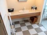 ザ・ビーチタワー沖縄のバスルーム内、洗面台全体