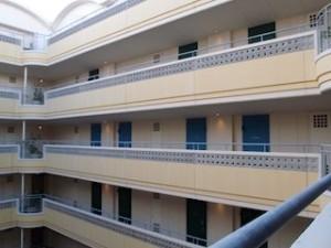 ザ・ビーチタワー沖縄のホテル内の部屋に通じる外部回廊