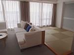 ザ・ビーチタワー沖縄の和洋室の部屋、リビングと琉球畳部分