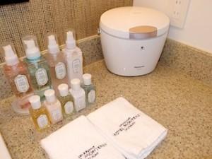 ホテルモントレ沖縄スパ&リゾートのオーシャンバスの部屋のバスルームのスチーマー