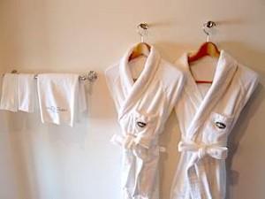 ホテルモントレ沖縄スパ&リゾートのオーシャンバスの部屋のバスローブ