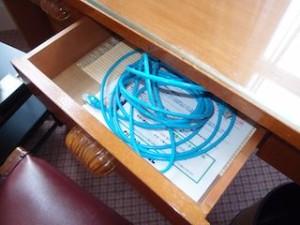 富士屋ホテルの西洋館の92号室のLANケーブル
