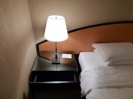 ハイアットリージェンシー大阪、部屋のベッド横サイドテーブルのランプ