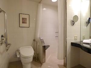 ハイアットリージェンシー大阪の部屋のバスルームのトイレとシャワーブース